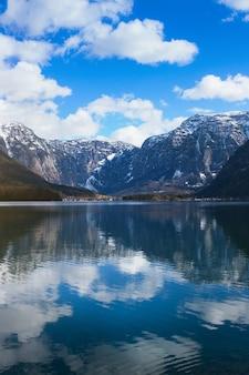 牧歌的なアルプスの山々と湖を見る