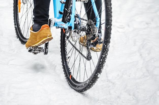 雪に覆われた森のサイクリスト