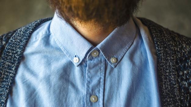 シャツの襟のクローズアップ