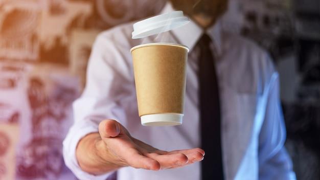 Бариста и парящий бумажный стаканчик с горячим кофе