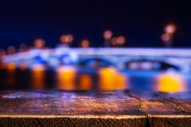 夜の街の景色を空の木製テーブル