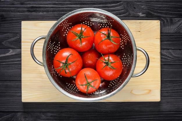 洗浄後のザルで濡れたトマト