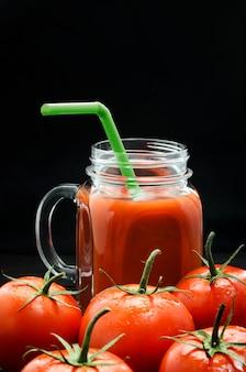 黒のハンドルとガラスの瓶にトマトジュース