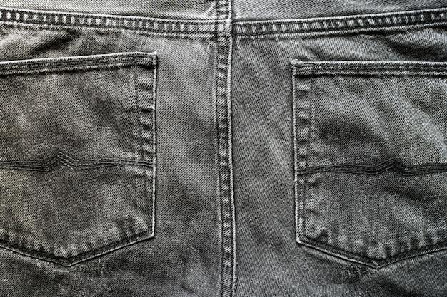 グレーのジーンズのポケット。