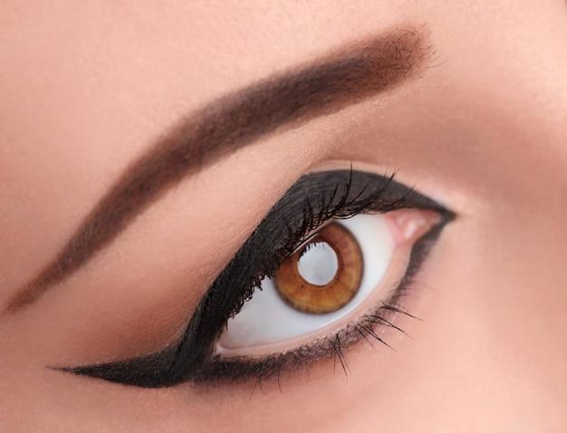 幅の広い矢印でグラマー黒目を補う