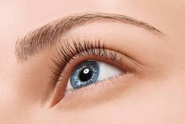 Крупным планом голубые глаза с косметикой