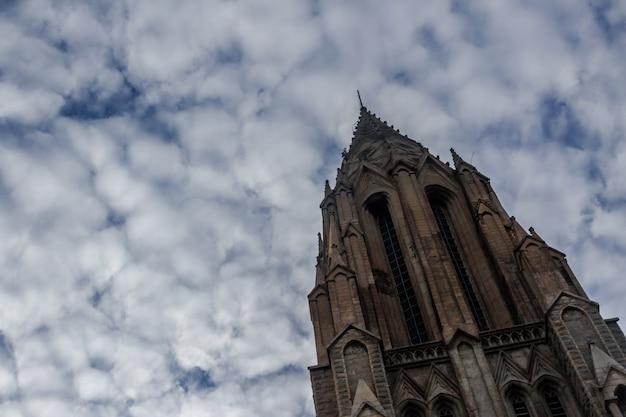 空を背景にした教会