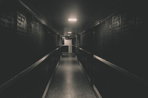 暗い長い廊下