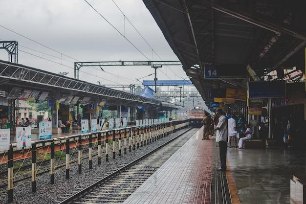 Человек ждет своего поезда