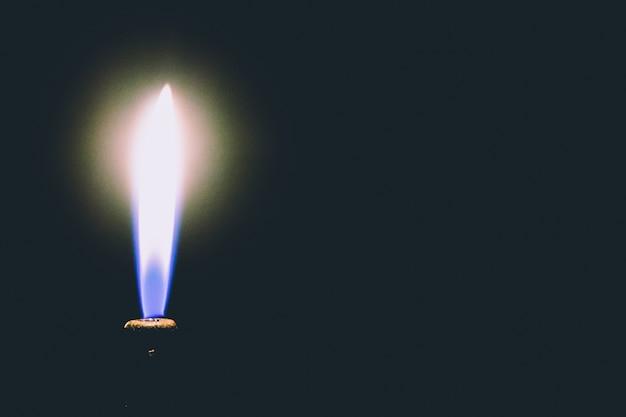 燃えるライターのクローズアップ