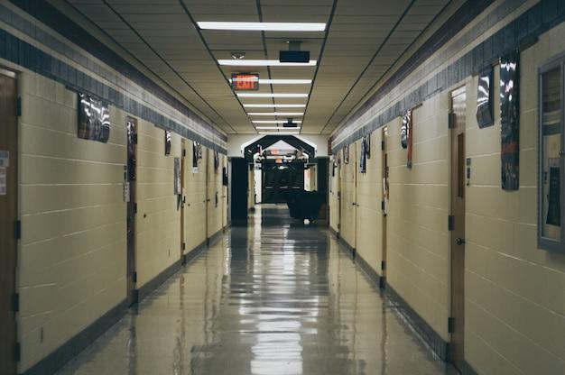 空の高校廊下