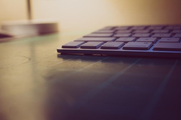 Клавиатура, сидя на режущей матовой с подсветкой в фоновом режиме