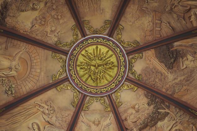 教会のドームのインテリアゴールド塗装の鳩はすべての周り