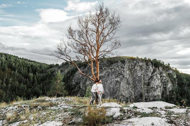 Пара путешествует по горам. пара в любви в горах. мужчина и женщина путешествуют. прогулка по горам. влюбленные отдыхают на природе. поход в горы.