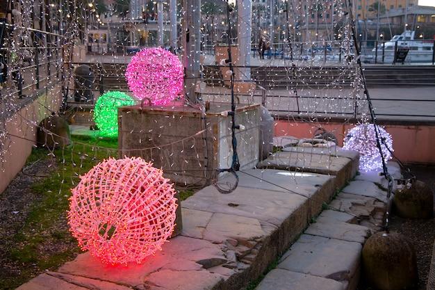 照らされたクリスマスボール