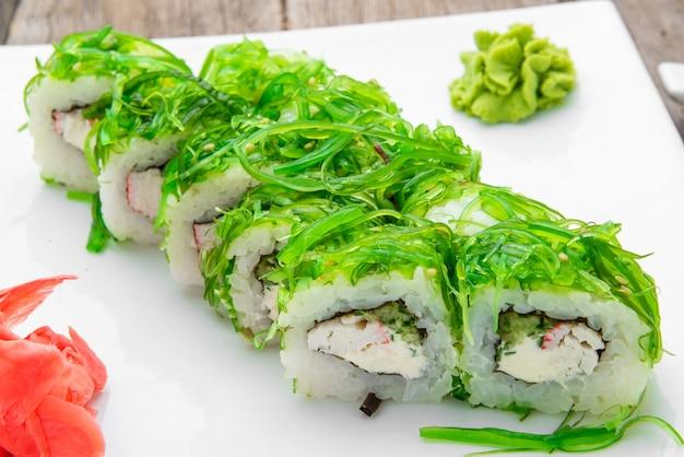 日本の伝統的な寿司料理と新鮮な魚介類のロール