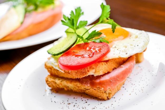 Завтрак - яичница с беконом и сыром