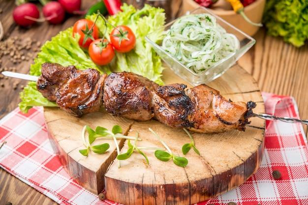 ポークテンダーロインの串に刺した美味しいジューシーな串焼き肉またはシシカバブ