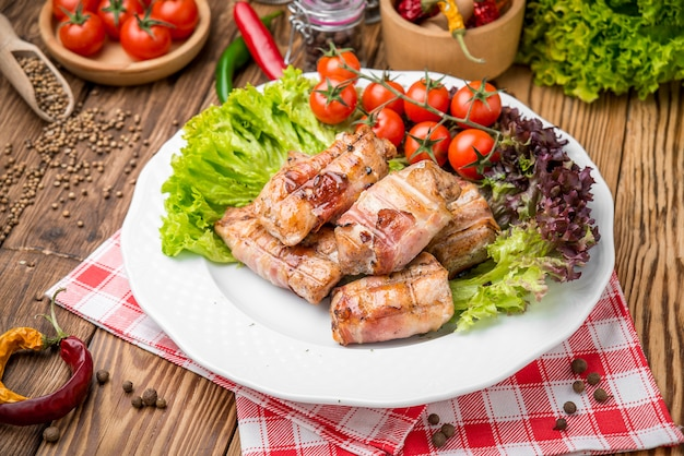 鶏肉と豚肉のタイムローズマリーを詰めたビーフミートロール
