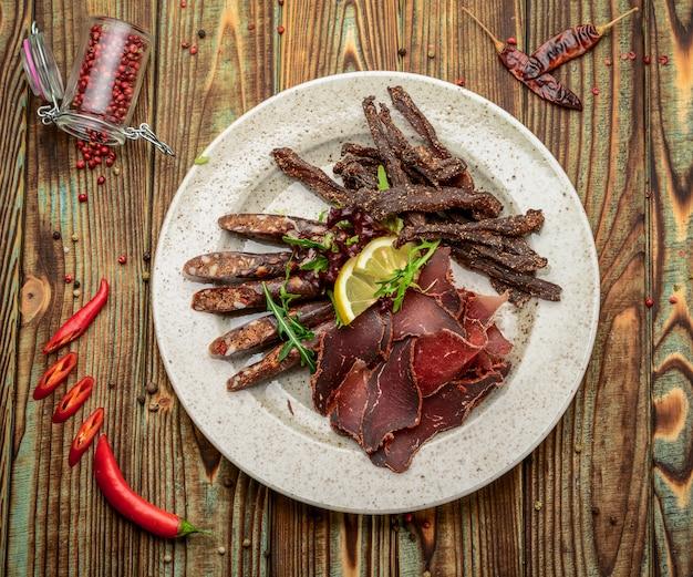 ソーセージ生スモーク肉ダンプジャーキーペパロニソーセージ、健康的でおいしい食べ物。