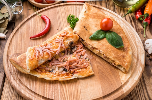 Итальянская кальцоне красивая и вкусная еда на тарелке