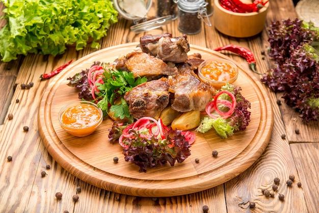 Свиные ребрышки с картофелем фри