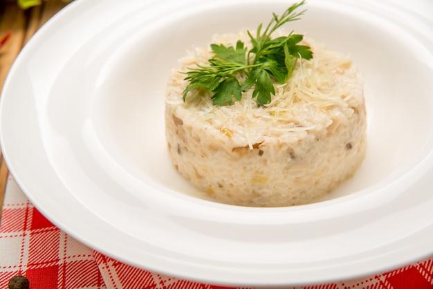 トマトとネギのベジタリアンチャーハン。皿の上の美しいおいしい食べ物
