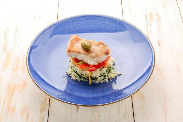 スズキのグリルフィレ肉。カラープレートに野菜とご飯。