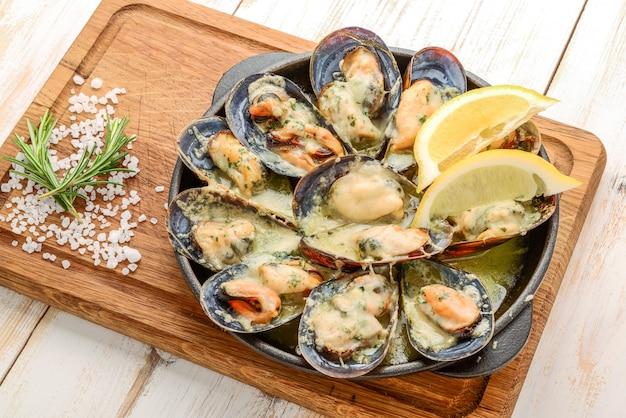 Вкусные морепродукты с мидиями с соусом и петрушкой.