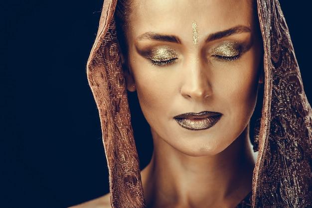 Красивая женщина с макияжем