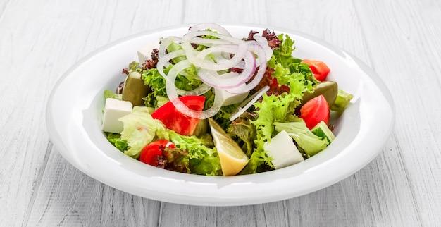 ボウル、トップビューで新鮮なギリシャ風サラダ