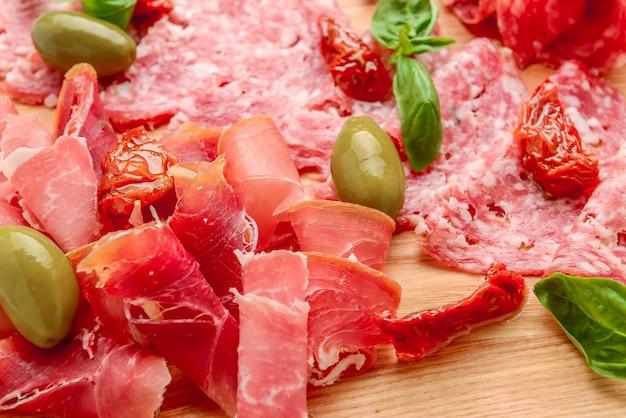 伝統的なスペインのタパスの塩漬け肉盛り合わせ