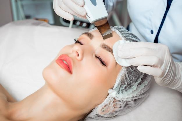 敷設の若い女性の酸素療法を行う素敵な美容師の写真