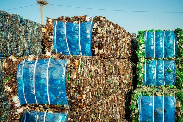 Куча мусора для переработки на заводе