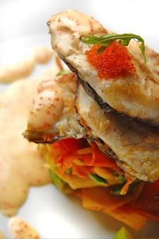 キャビアとソースの魚のグリル
