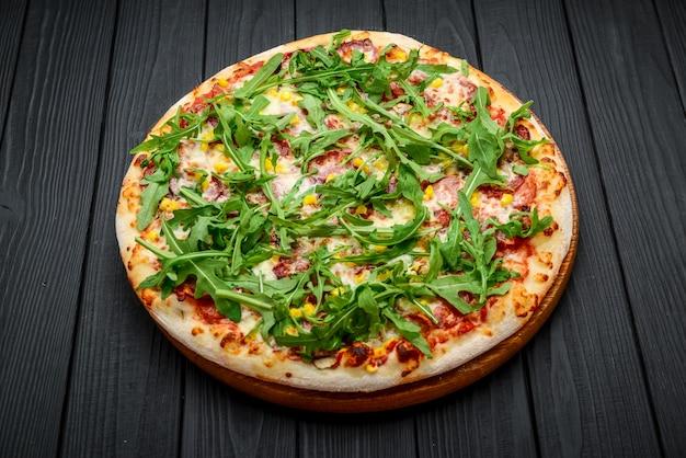 生ハムとルッコラのピザ、マリナラソース添え