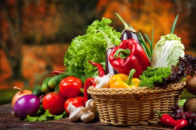 かごの中の有機食品背景野菜