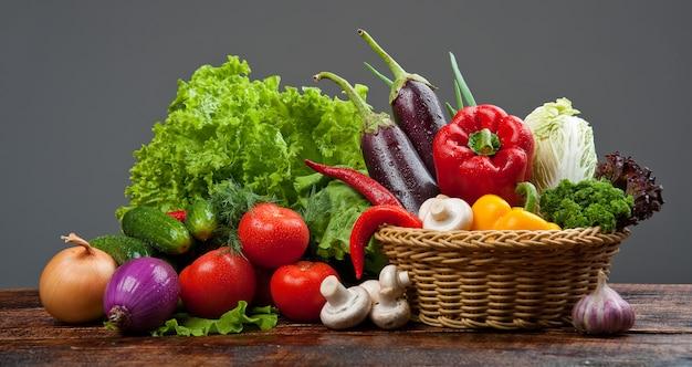 Фон из органических продуктов овощи в корзине
