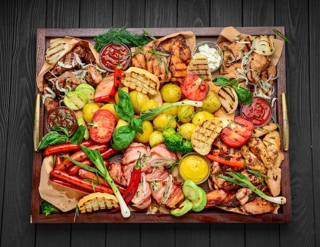 Блюдо с мясом на гриле, набор из говядины, свинины, курицы, колбас и овощей