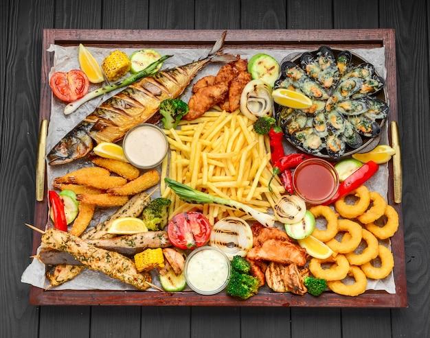 魚のフライ、ムール貝、エビのポテト添え