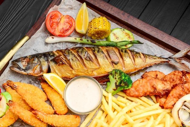 Жареная рыба, мидии и креветки с картофелем