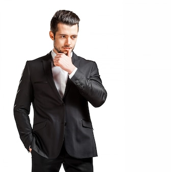 Портрет уверенно красивый мужчина в черном костюме с бабочкой