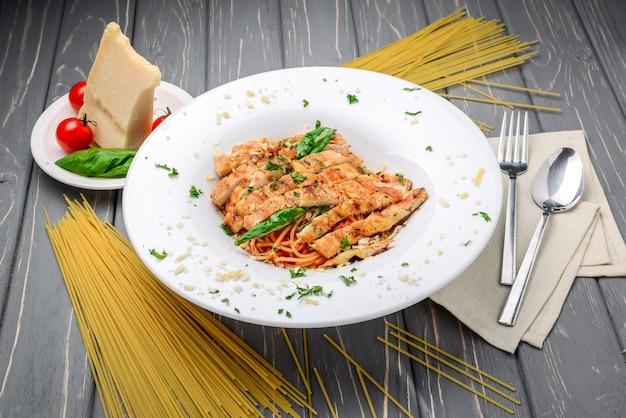肉のグリル、パスタ、チーズ、バジル、トマトソース