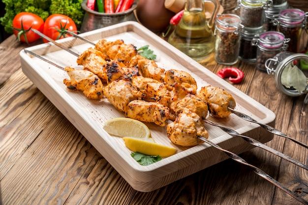 Ассорти вкусного мяса на гриле с овощами на белом столе для пикника для семейного барбекю