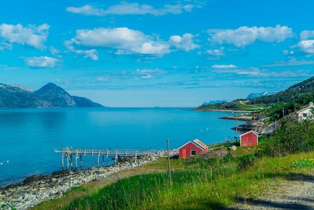 Скалы согне-фьорда, третьего по длине фьорда в мире и крупнейшего в норвегии.