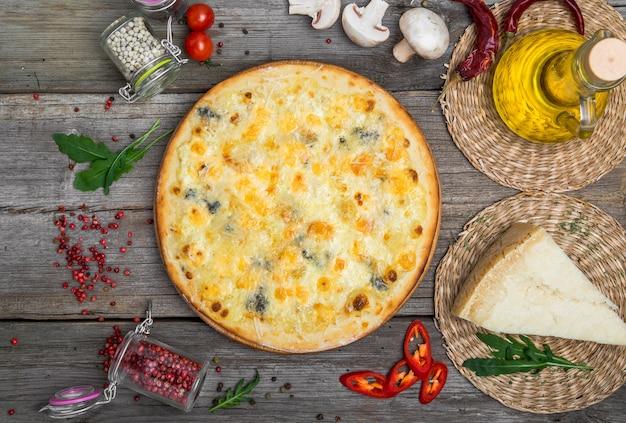 トマトとモッツァレラチーズのピザ。おいしいイタリアンピザ