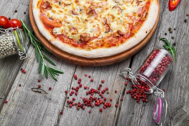 Пицца с помидорами, сыром моцарелла. вкусная итальянская пицца