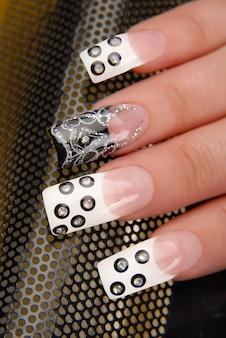 爪に美しいパターンをマニキュア