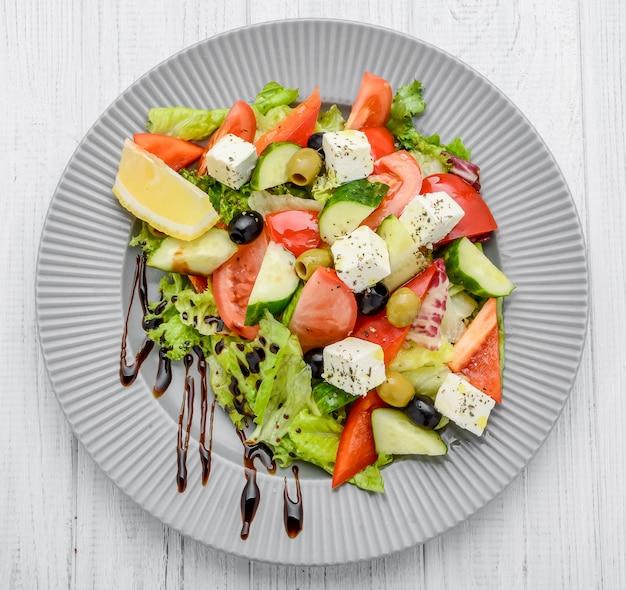 Греческий салат с овощами и специями