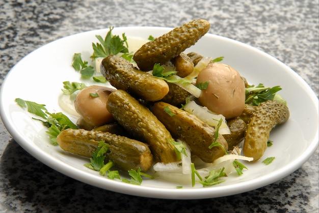 野菜、キュウリ、マッシュルームのピクルス、玉ねぎのマリネ